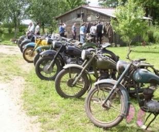 Retro motocikli un senie formas tērpi