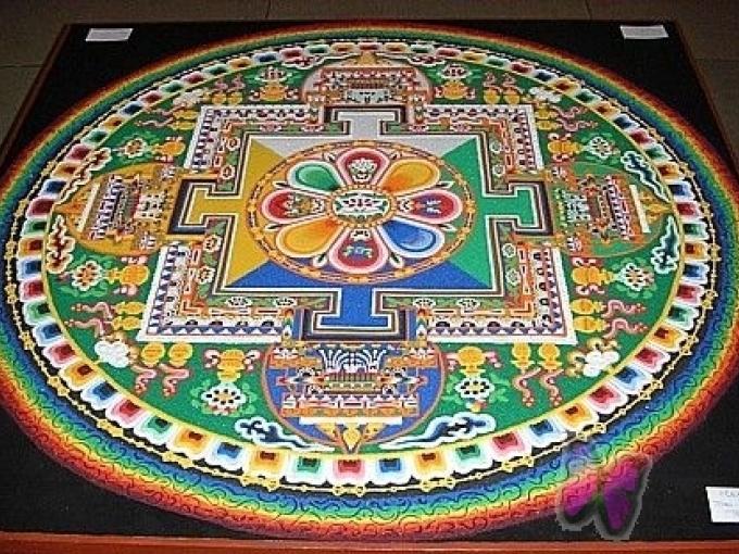 Uz AB dambja budistu mūki veidos smilšu mandalu(ARHĪVS)