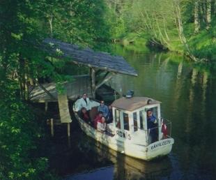 Vizināšanās ar kuģīti pa upi