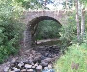 Arkveida akmens tilts pār Poguļankas (Salienas) upi